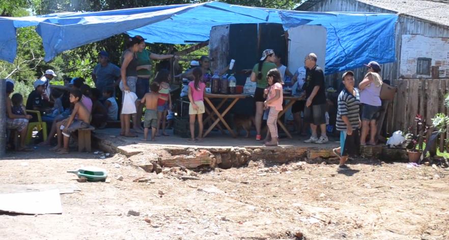 Moradores da Vila Dique se reúnem em protesto contra a precariedade das opções habitacionais oferecidas pela Prefeitura / Foto: Ana Carolina Giollo